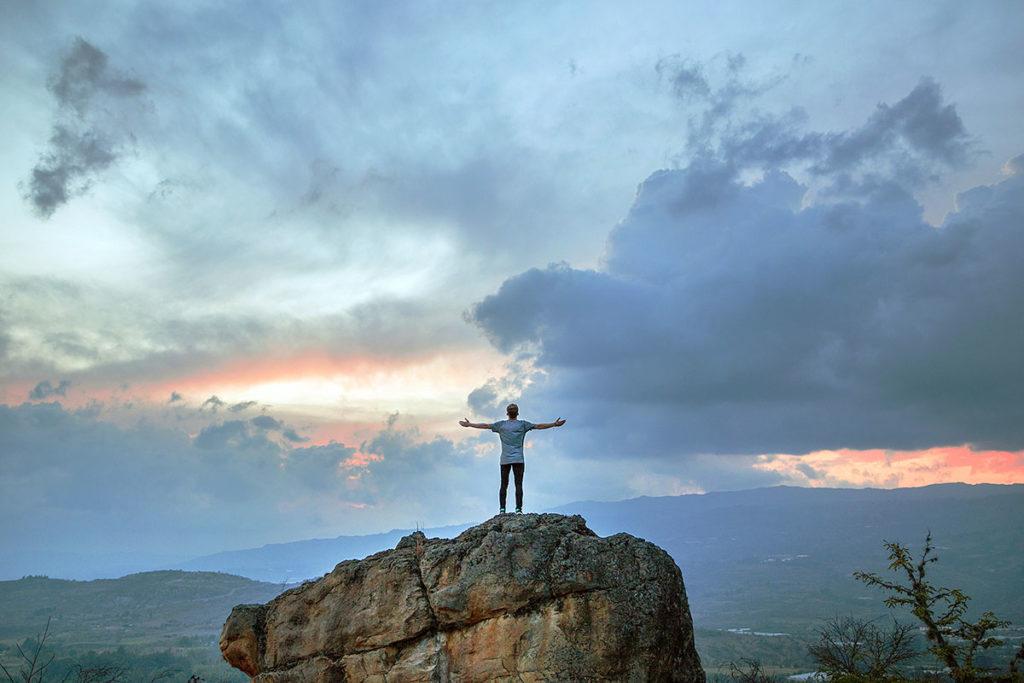 Hombre en la cima de la montaña - Motivación